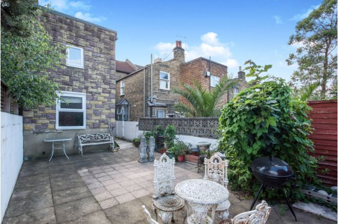 78634de2 a197 4c72 a64f 35209c7da33c - £800k four-bed in London looks like normal terrace... but has incredible private pub hidden inside