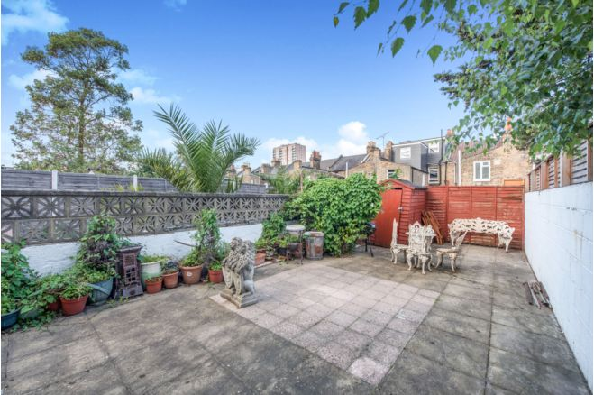 7cac9b16 0796 4437 af4f 9086caf2e1d4 - £800k four-bed in London looks like normal terrace... but has incredible private pub hidden inside