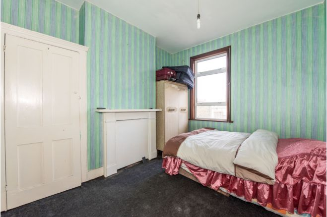 82e66664 ff02 4ad4 8914 bee04fffd9f0 - £800k four-bed in London looks like normal terrace... but has incredible private pub hidden inside