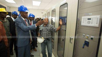 Le Président de la République Jovenel Moïse accompagné du directeur de l'électricité d'État d'Haïti EDH Hervé Pierre Louis 1