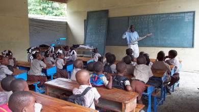 Un enseignant travaillant dans une salle de classe. Photo haitisupportgroup.org  1