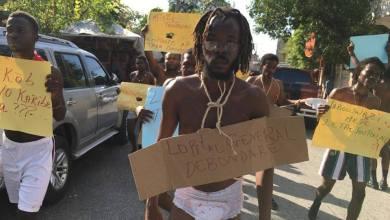 Des étudiants de l'université d'Etat d'Haïti UEH protestant en sous vêtements1