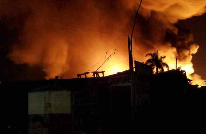 Nouvel incendie au marché du port: des sapeurs-pompiers en difficulté pour circonscrire le feu