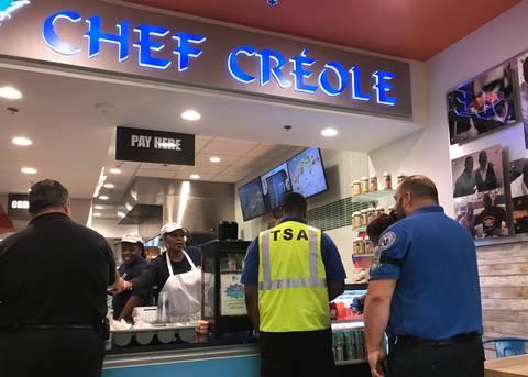 À Miami, un Restaurant haïtien offre des plats chauds aux travailleurs de la TSA