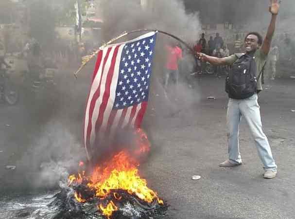 Des manifestants brûlent un drapeau américain