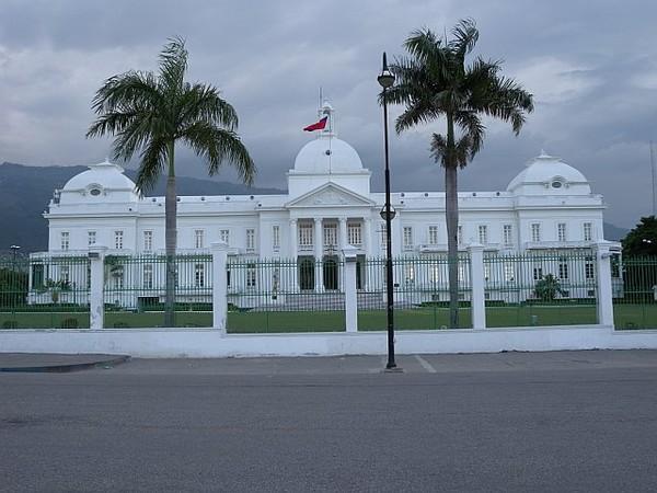 «Légalement le premier ministre est en train de liquider les affaires courantes», réagit le Palais national