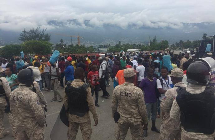 Parlement : des manifestants affrontent les forces de l'ordre, la circulation paralysée