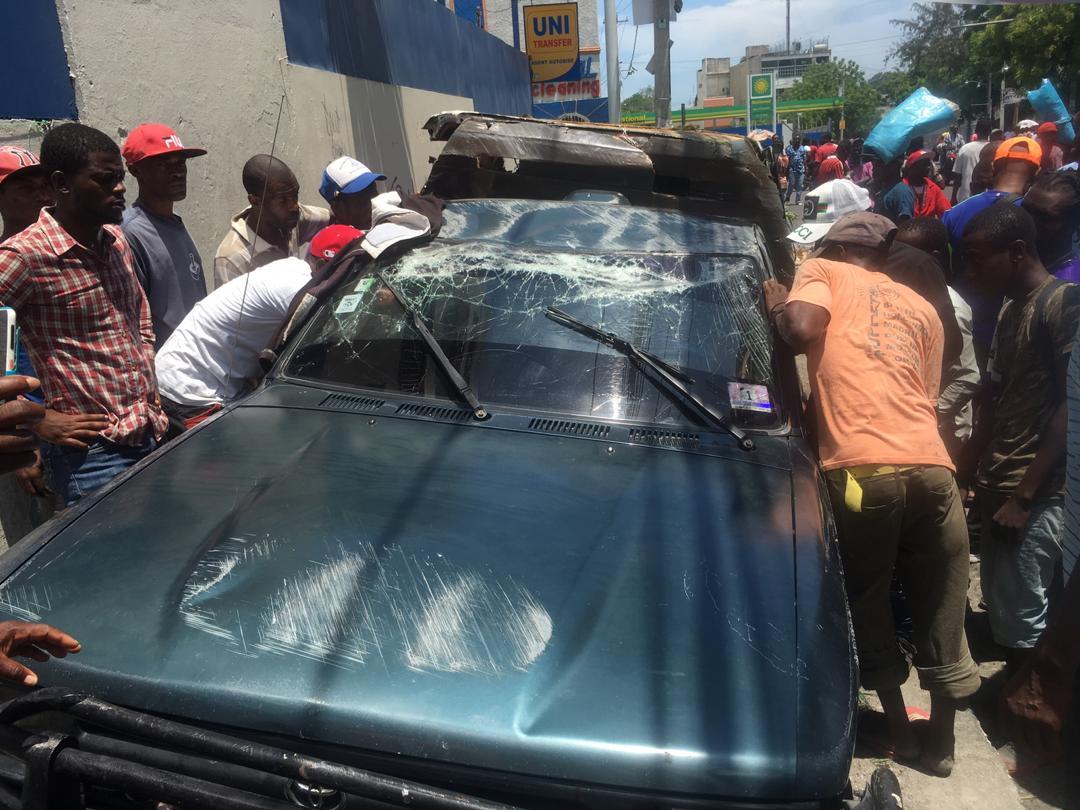 Un véhicule de transport en commun attaqué par des manifestants, 2 blessés à déplorer
