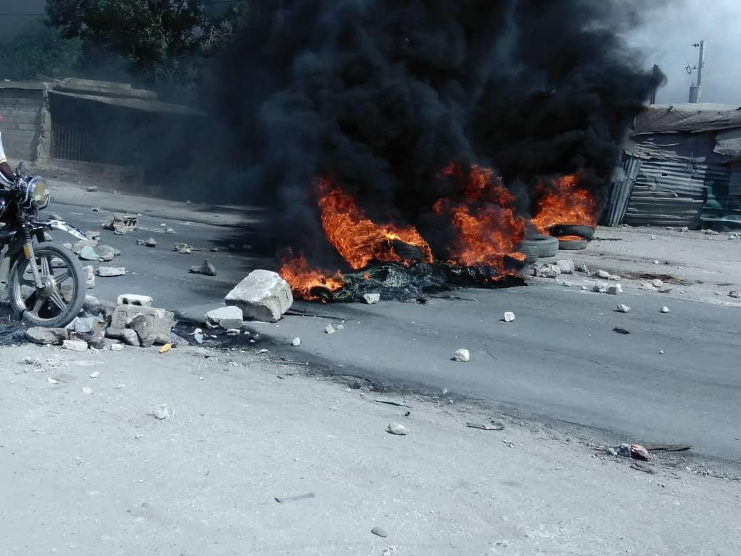 Tabarre : la population dresse des barricades de pneus enflammés sur la chaussée