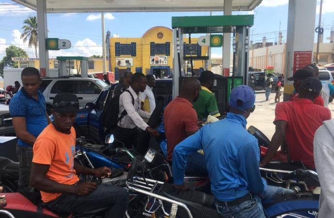 Rareté de carburant : le calvaire des chauffeurs et propriétaires de véhicules commence.