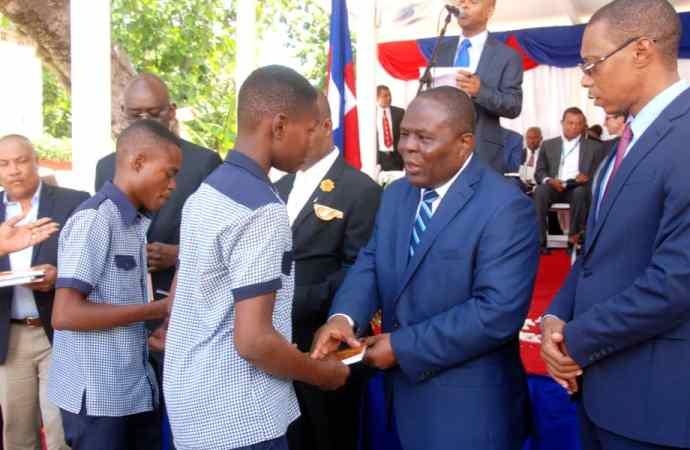 Lancement  officiel de l'année scolaire et protestation : Pierre Josué Agenor Cadet rassure et dénonce
