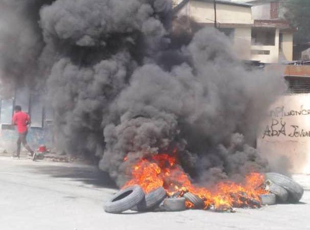 Rareté de carburant-Protestation: barricades de pneus enflammés constatés dans la région métropolitaine de Port-au-Prince