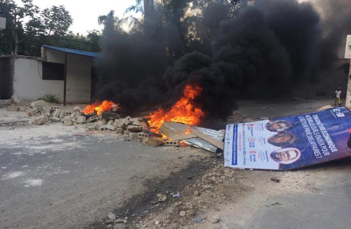 La route de Juvenat bloquée, des véhicules vandalisés, un complexe pillé