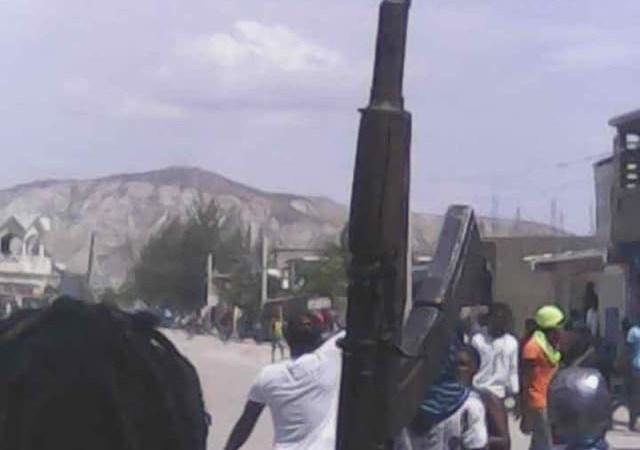Aux Gonaïves et à Jacmel, des manifestants exhibent leurs armes