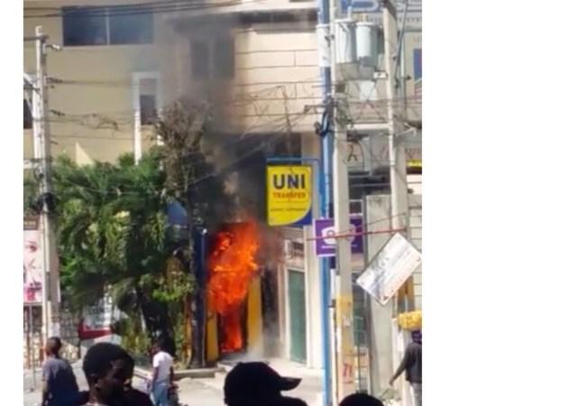 Tentative d'incendie de l'ambassade du Canada et d'une UNIBANK