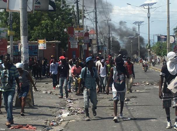"""""""Nou pral dèyè Jovenel"""", scande un groupe de manifestants dirigeant vers Pétion-ville"""