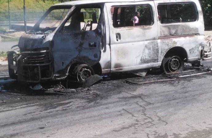 Incendie du minibus: 3 individus arrêtés, selon le MJSP