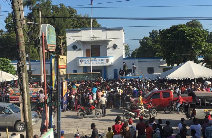 USNS Comfort: en quête de soins de santé, des centaines de personnes se bousculent devant la marine haïtienne