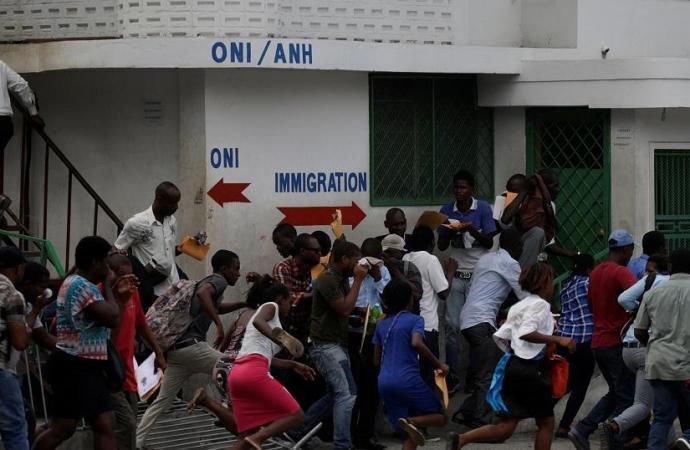 Des employés de l'ONI observent un arrêt de travail