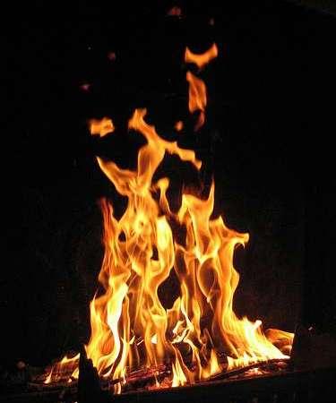 Incendie à Christ-Roi : des sapeurs-pompiers tentent difficilement de circonscrire le feu