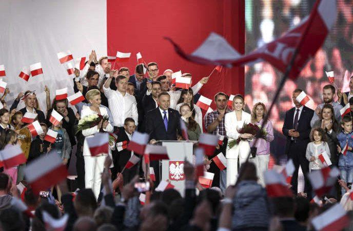 Election en Pologne : le président sortant Andrzej Duda réélu de justesse