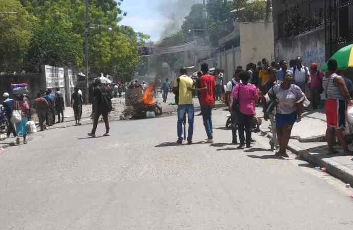 Des étudiants bloquent l'inauguration des travaux de réhabilitation du bâtiment de la FASCH