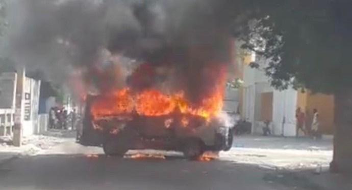 Panique à Port-au-Prince : un minibus en feu !