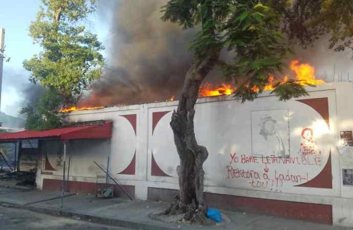 La bibliothèque de l'Ecole Normale Supérieure en feu!