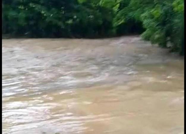 Belladère : un autobus emporté par les eaux, trois passagers restent introuvables