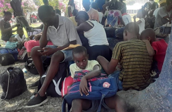 Affrontements entre gangs armés : des habitants de Martissant se réfugient sur la place publique de Fontamara 43