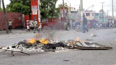 Photo de Haïti /Protestation : Panique à Port-au-Prince: des policiers manifestent, tirent, mettent le feu