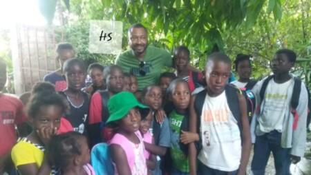 Miragoâne (Nippes) : distribution de kits scolaires à des enfants par la Fondation Gourgue