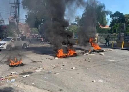 Barricades de pneus enflammés dans plusieurs quartiers à Pétion-Ville (Ouest)