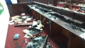 Des députés de l'opposition ont saccagé la salle de séance... 1