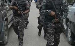 Perquisition chez des bandits armés à Simon/Pelé, des armes et de l'argent saisis par la Police