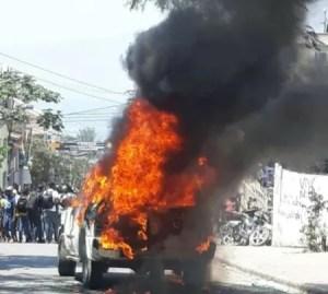 Pétion-Ville (Ouest) : un véhicule incendié lors d'une manifestation contre l'insécurité 1