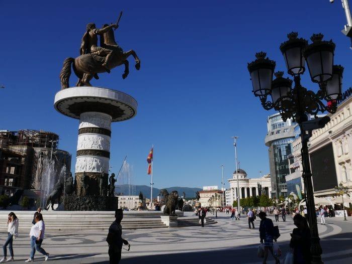 Statue du guerrier à cheval sur la Place de la Macédoine 700x526 1