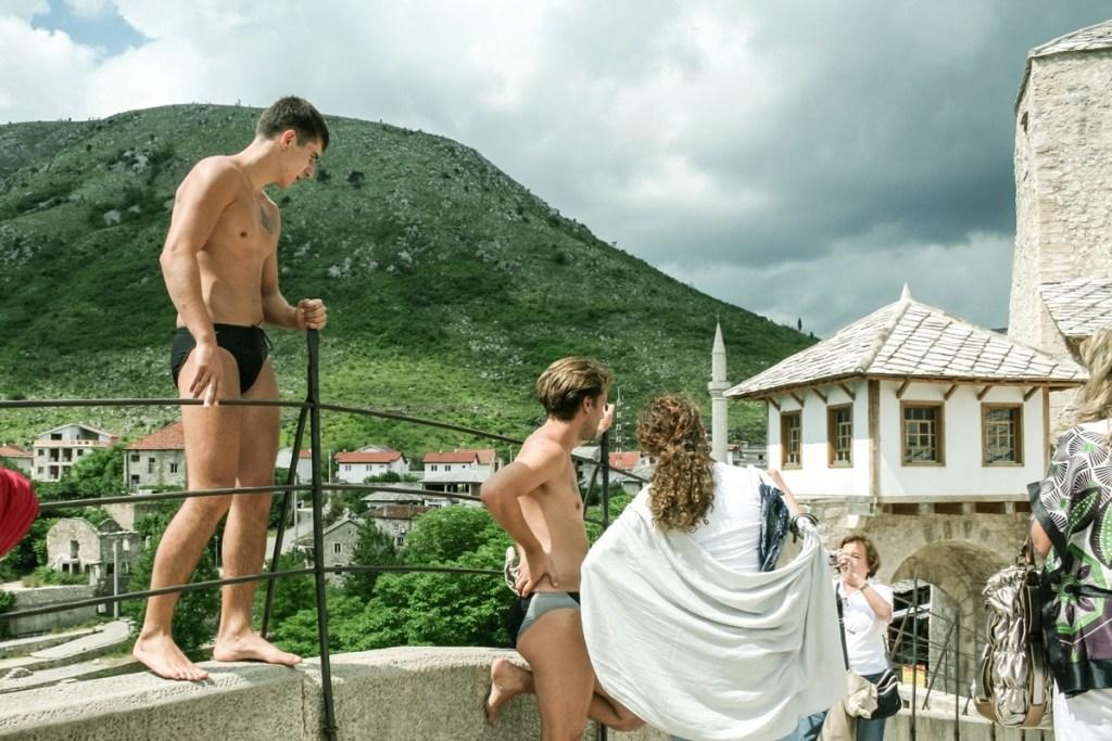 plongeurs vieux pont mostar bosnie herzegovine tourisme