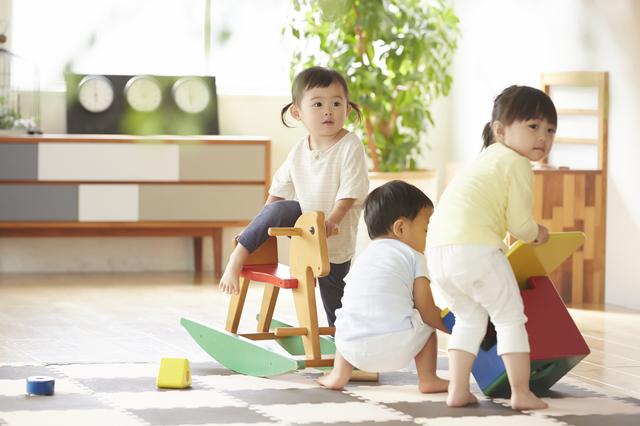 室内で遊ぶ子どもたち