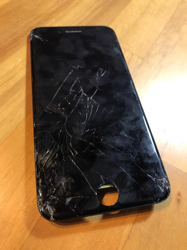 iPhone7バキバキに割れた