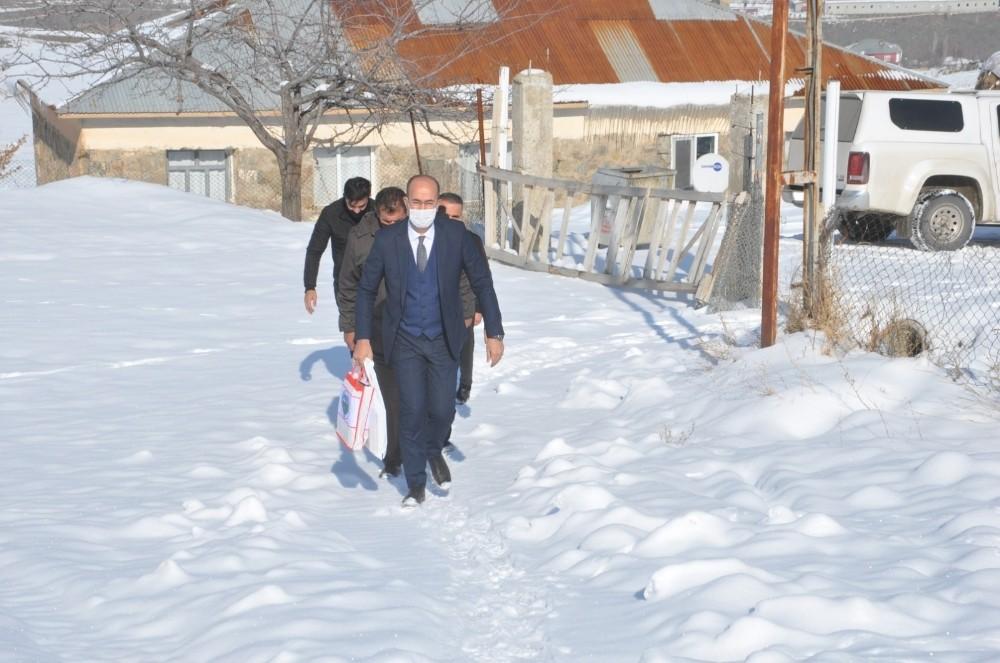 Başkan Büyüksu kapı kapı gezerek öğrencilere kitap hediye etti