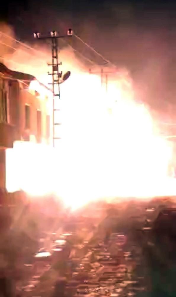 Yüksekova'da aşırı yüklenmeden dolayı trafo alev alev yandı