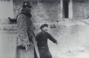 日本兵と連れ立って遊ぶ子供