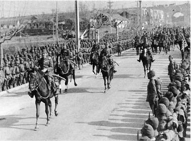 整然と入城する日本軍