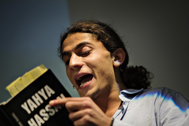 Den netop overfaldsramte Yayha Hassan læser op i Boghallen.
