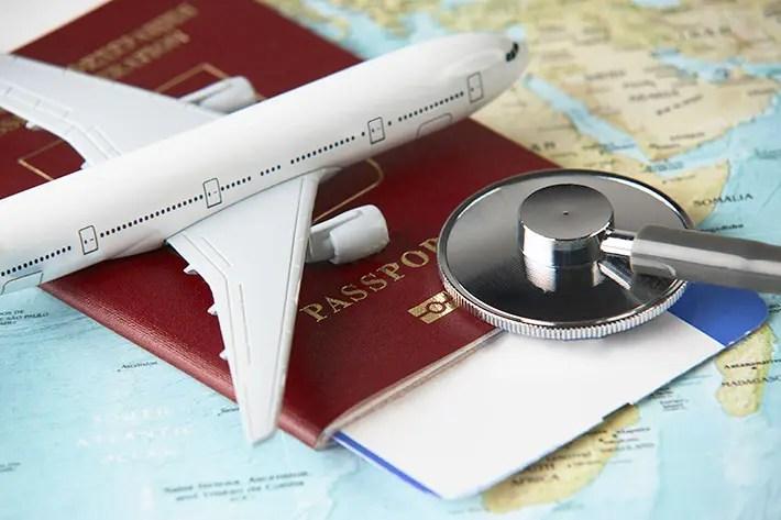地球儀と飛行機とパスポートと聴診器