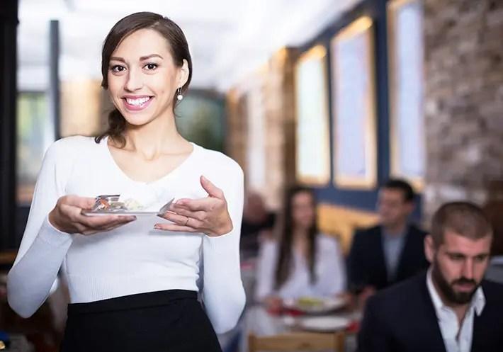 tipを貰って笑顔な女性の画像