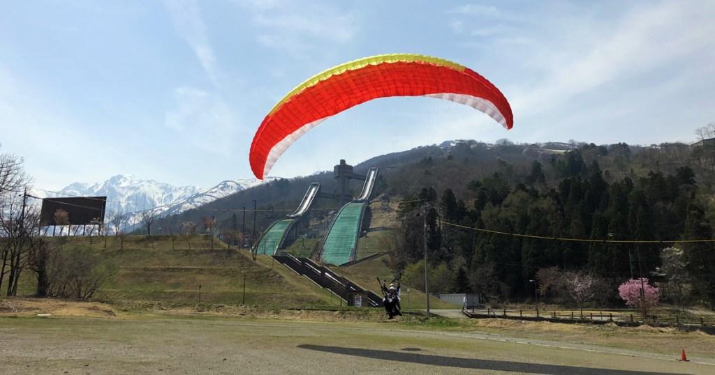 白馬スキージャンプ競技場とパラグライダー