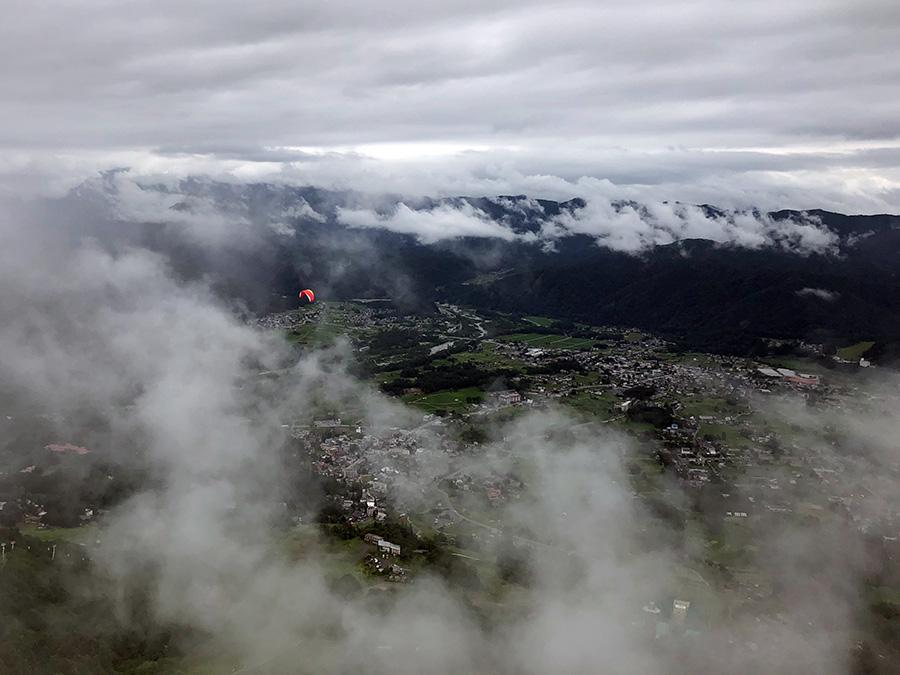 雲の合間にパラグライダー