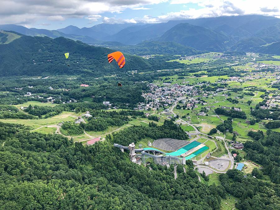 ジャンプ台と八方の街とパラグライダー